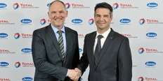 Small luc de raedt  general manager domo caproleuna gmbh  and dr  willi frantz  general manager total raffinerie mitteldeutschlanf gmbh  seal the 60 millions joint project with a handshake  1466260011