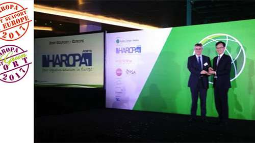 Hervé CORNEDE, Commercial and Marketing Director of HAROPA, receiving the two trophies on June 29th, in Singapore.