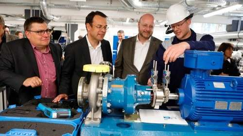 Stefan Pfitzner, an employee of Infraserv Höchst Prozesstechnik GmbH, explains to Infraserv Managing Directors Jürgen Vormann (second from right) and Joachim Kreysing (second from left) how pumps can be properly aligned with lasers and what role optical head-mounted displays play as Frank Unger, Managing Director of Infraserv Höchst Prozesstechnik, looks on.