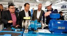 Small stefan pfitzner  infraserv h chst prozesstechnik gmbh  explains to infraserv managing directors j rgen vormann  second from right  and joachim kreysing  second from left  how pumps can be properly aligned with lasers  1528977207