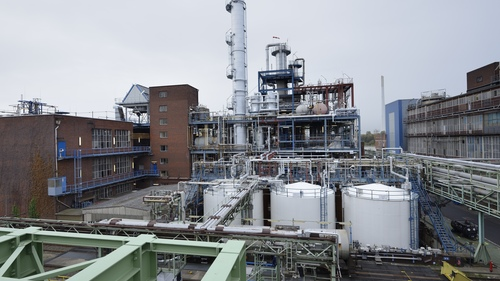 Specialty chemicals company LANXESS has completed the expansion of its cresol production plant in Leverkusen and has now begun operating a newly constructed reaction system as well as a second 46-meter-high distillation column. Photo: LANXESS AG